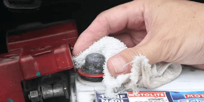 Como limpar os terminais da bateria?